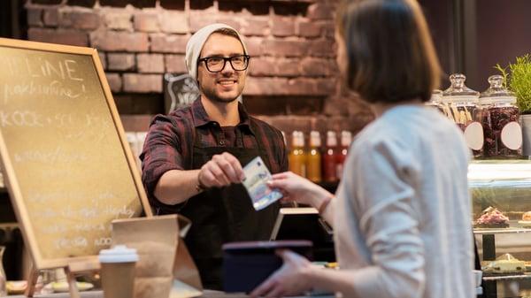 kontant betaling på kafé
